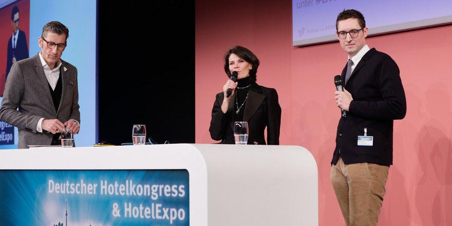 Diskutieren zum Thema Lokalkolorit als Hotelkonzept: (von links) Moderator Friedrich Niemann, Ursula Schelle-Müller, CMO bei Motel One, und Michael End, Managing Director bei 25hours