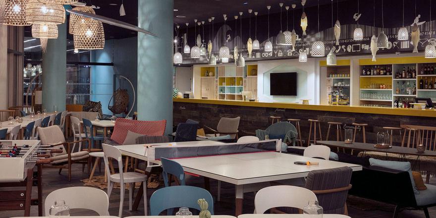 Locker arrangiert: Lobby und Gastronomie im Hampton by Hilton Paris Clichy
