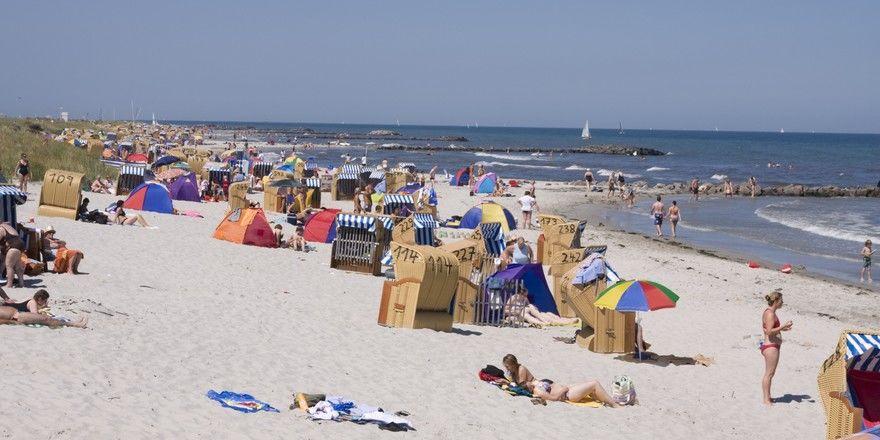 Hier fühlen sich Urlauber wohl: Volle Stände an der deutschen Ostsee