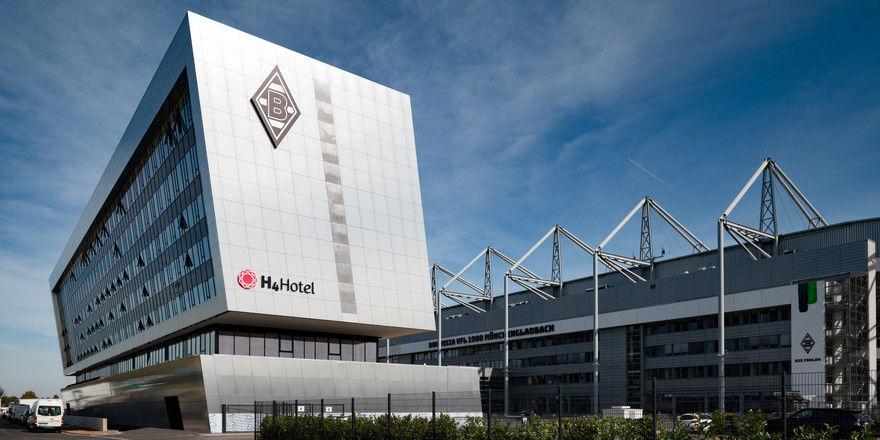 Schräglage: Das Gebäude direkt am Stadion ist ein Hingucker