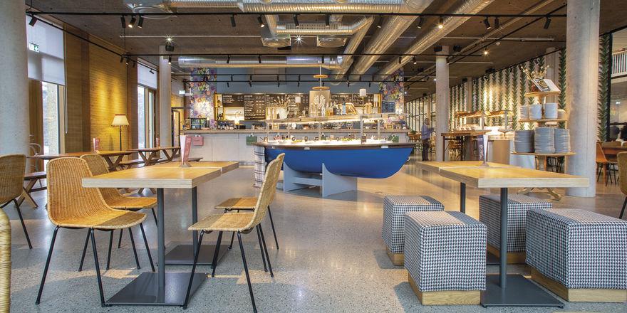 Blick ins Tibits Darmstadt: Auch hier darf das Ruderboot nicht fehlen, das als Buffet dient. Ein größeres Exemplar ist schon bestellt