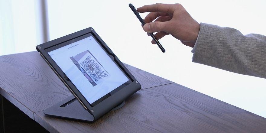 Hotelbirds neues Tool: An dem Self-Service-Terminal an der Rezeption können sich Gäste, die vorher online eingecheckt haben, mit ihrem QR-Code verifizieren, indem sie ihr Smartphone an den Code halten