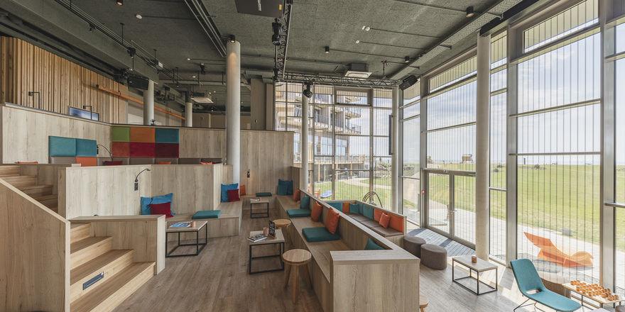 Alles im Blick: Die große Freitreppe aus Holz ist Herzstück der Arborea-Hotels