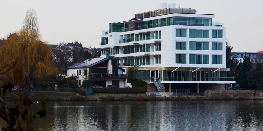 Direkt am Wasser gelegen: Das Gebäude des Hotel-Restaurants Fährhaus soll an ein Schiff erinnern