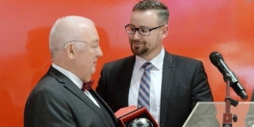 Preisverleihung: Der Vorsitzende des Tourismusausschusses, Sebastian Münzenmaier (rechts) gratuliert Miniköche-Initiator Jürgen Mädger