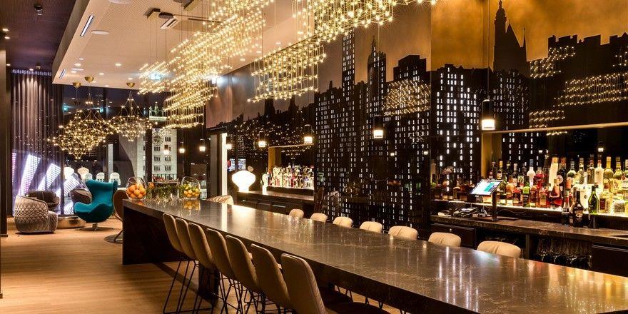 Weltläufig-elegant: Die Bar im Motel One Leipzig Post