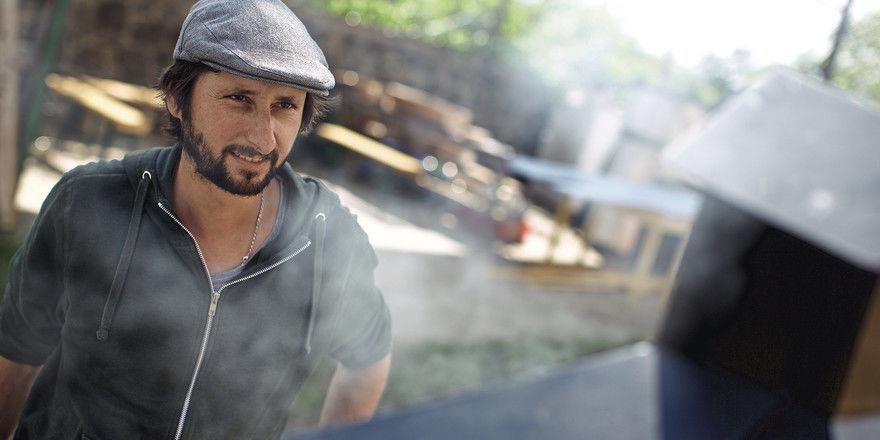 Räuchern ist sein Metier: Bevor Michael Wickert die Fische mehrere Stunden bei niedriger Temperatur in den Ofen hängt, werden sie erst einmal 24 Stunden eingelegt.