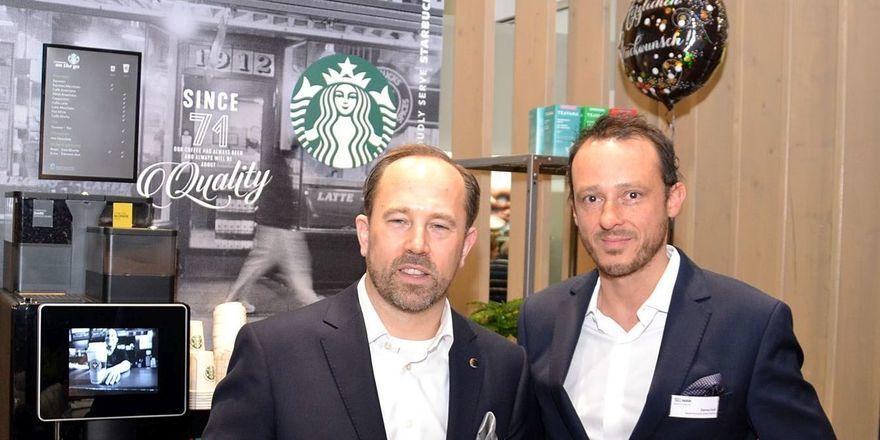 Neues Projekt: Nestlé-Geschäftsführer Martin Sachse (links) und Manager Danny Falck vor einer Starbucks Coffee Corner auf der Internorga