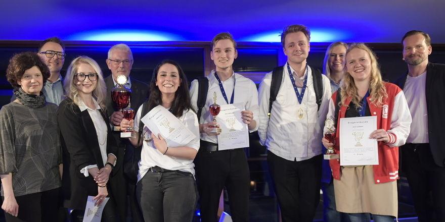 Freuen sich über ihren Sieg: Die Gewinner des Teamcup Systemgastronomie mit Gratulanten