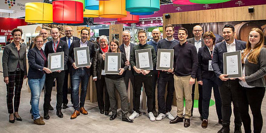 Fröhliche Runde: Gewinner, Jury und Preisgeber des Weingastronomie-Wettbewerbs