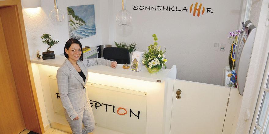 Traumjob Hoteldirektorin: Christina Klahr vor ihrer Rezeption. Beim Umbau hat sie auf Handwerker aus der Region gesetzt.