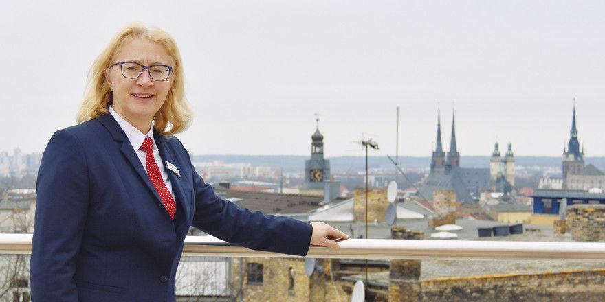 Fühlt sich gut gerüstet, den Betrieb in die Zukunft zu führen: Hotelchefin Christine Gering auf der Dachterrasse des Dorint Hotels Charlottenhof in Halle