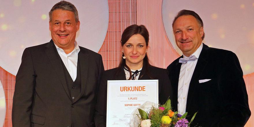 Konnte ihren Sieg kaum fassen: Sophie Gotte von Marias Platzl Hotel mit Rolf Westermann, AHGZ (links), und Jürgen Gangl, HDV
