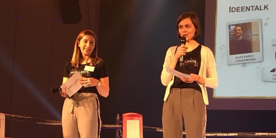 Im Boxring moderieren: (von links) Die Organisatoren Annika Kranich und Lisa Aenis