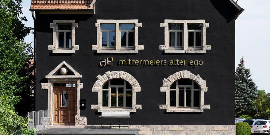 Mutig: Mit der schwarzen Fassade hebt sich die Gründerzeitvilla in der Mittelalterstadt Rothenburg ab