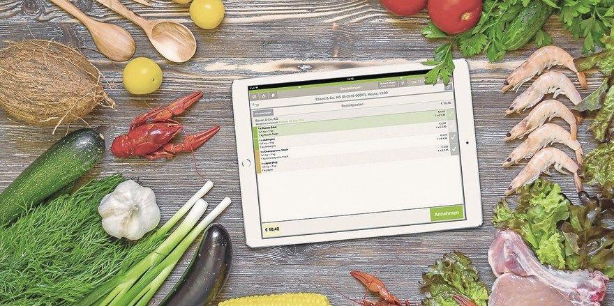 Analog trifft digital: Tablet und Software – hier von Gastronovi – machen vieles leichter, das Gemüse muss allerdings noch von Hand geputzt werden.