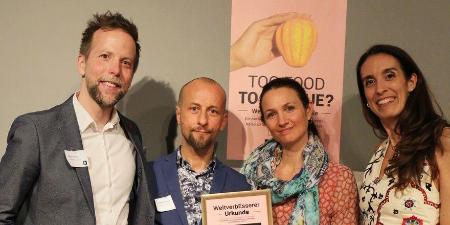 Glückwunsch: (v.l.) Die Preisträger Münir Kusanc und Andrea Elisabeth Kusanc von Mom's Table (Mitte) mit Balázs Tarsoly (links) und Serena Carloni von Branding Cuisine