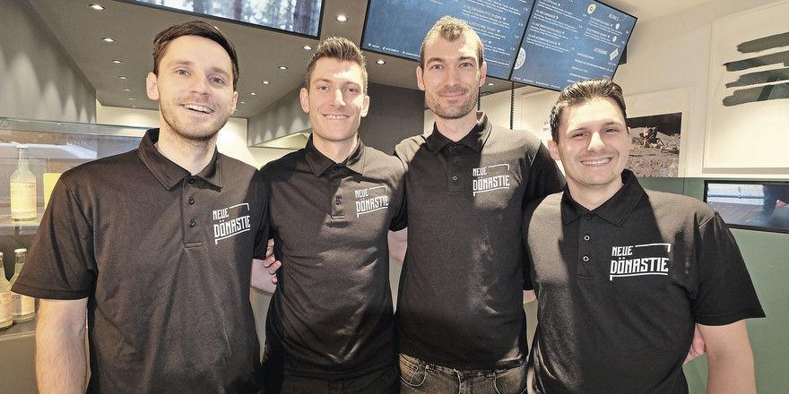 Die Neue Dönastie: (von links) Micha Hönl, Daniel und Tobias Reiter sowie Marcel Gindner bereiten Döner zu