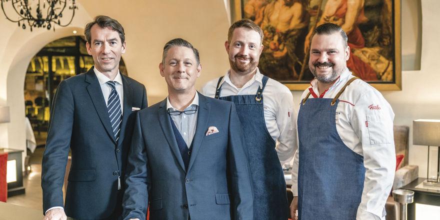 Die Protagonisten: (von links) Sommelier Iiro Lutter, Maître d'Hotel Andreas Weber, Küchenchef Felix Jarszina und Küchendirektor Stefan Neugebauer. Auch die Bar erstrahlt in neuem Glanz.