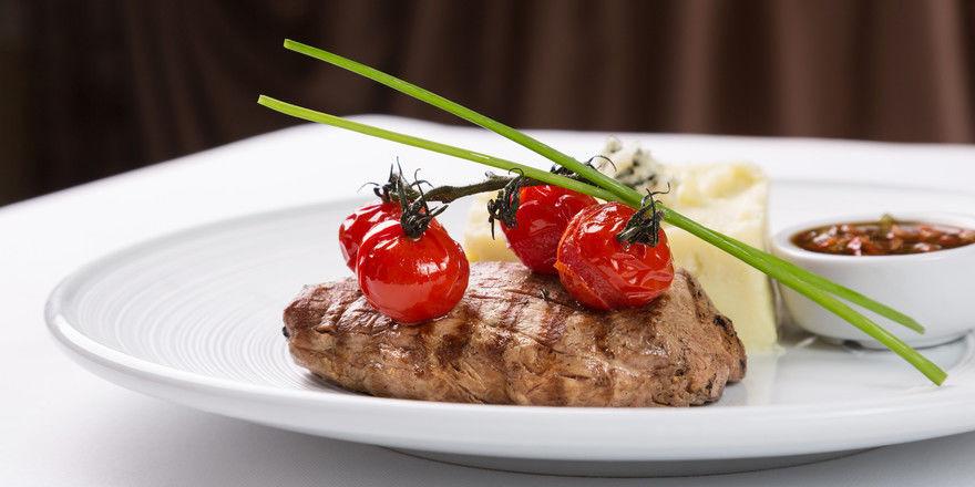 Steak mit Beilagen: Das Fleisch vom Grill ist einer der Klassiker in der Systemgastronomie