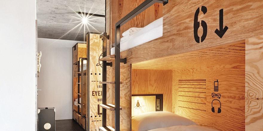 Betten-Box im Hostel Münster: Die Elemente bieten mit eigener Beleuchtung, Strom und Schublade Gästen auch im Schlafsaal Privatsphäre
