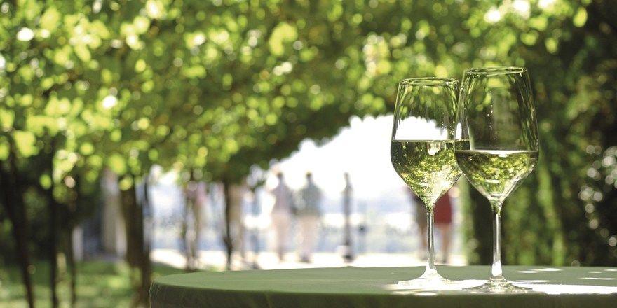 Genuss nach harter Arbeit im Weinberg: Die charakteristische Kombination aus Schiefergestein, Mikroklima und Rebsorte bringt mineralische Weine mit Charakter und Eleganz hervor.