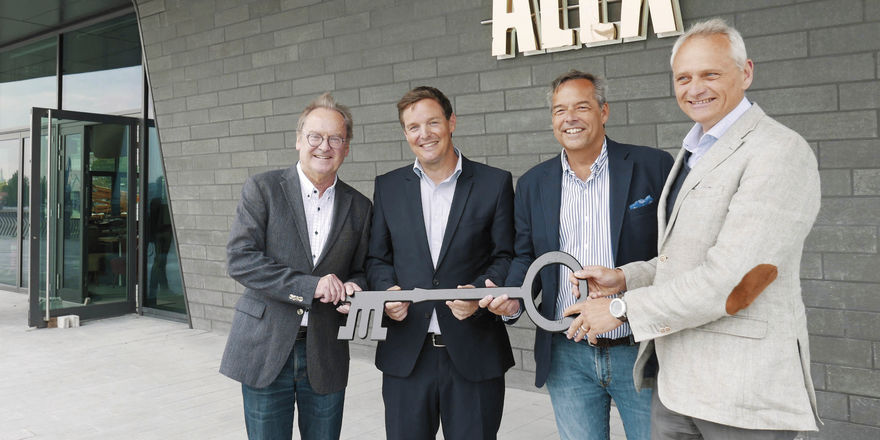 Schlüsselübergabe: (von links) Bernd Riegger (Mitchells&Butlers), Marc Kemper (Carlsberg Deutschland) sowie Jan Zunke und Martin Görge (beide Sprinkenhof GmbH)