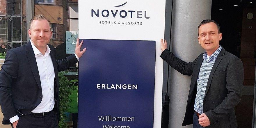 Direktorenwechsel im Novotel Erlangen: (von links) Stephan Radtke übernimmt die Position von Falk Bartels