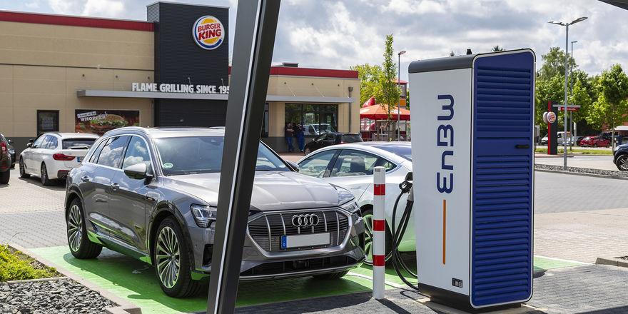 Bietet jetzt einen neuen Zusatzservice: Burger King installiert Stromtankstellen auf Restaurant-Parkplätzen