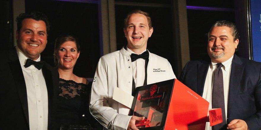 Preisverleihung des JRE-Awards Talent des Jahres 2019 in Lüttich: Jan-Philipp Berner vom Restaurant Söl'ring Hof (Mitte) mit Gratulanten