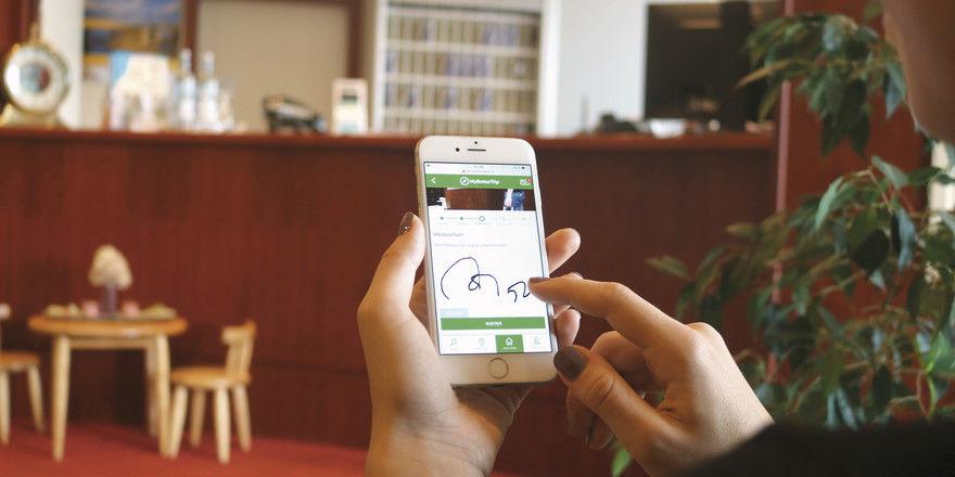 Handschriftlich-digitale Unterzeichnung: So wünschen es sich das Hotel Haffhus und der Technikpartner Betterspace.