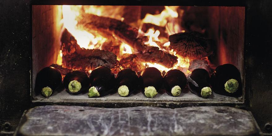 Die Auberginen garen vor einem Holzfeuer: Mit Grillkohle arbeitet Patron und Koch Bittor Arginzoniz in seinem Restaurant im Baskenland nicht.