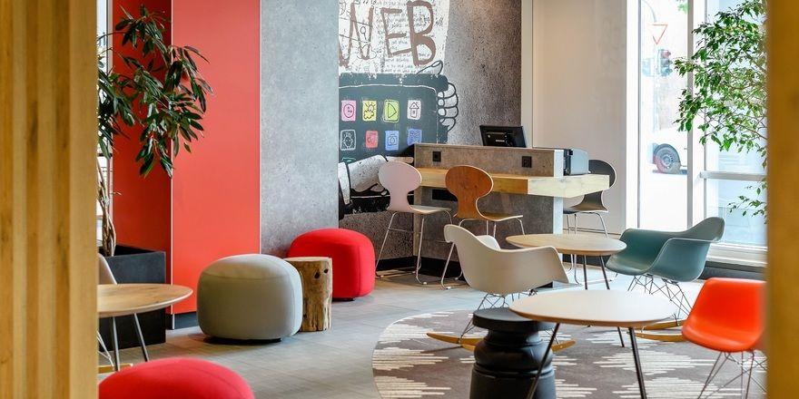 Frische Farben, viel Licht: Die Lobby des Ibis Mainz City nach der Renovierung
