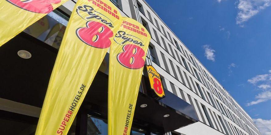 Super 8 zeigt Flagge: Hier in Freiburg, bald in Osnabrück