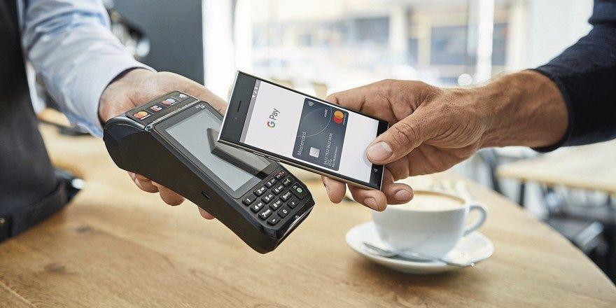 Berührungslos bezahlen: Per Smartphone und der passenden App der Bank können digitale Zahlungen via NFC oder per QR-Code getätigt werden