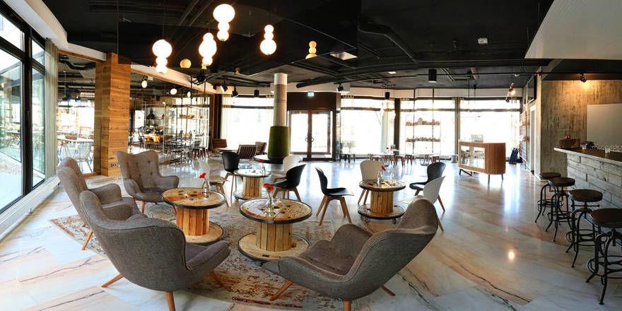 Großzügige Lobby: Der multifunktionale Bereich im Hotel im Stuttgarter Stadtteil Zuffenhausen