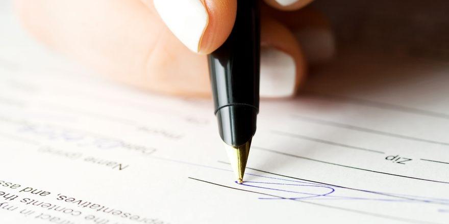 Unterschrift auf Papier: So ist es derzeit beim Hotel-Check-in vorgesehen