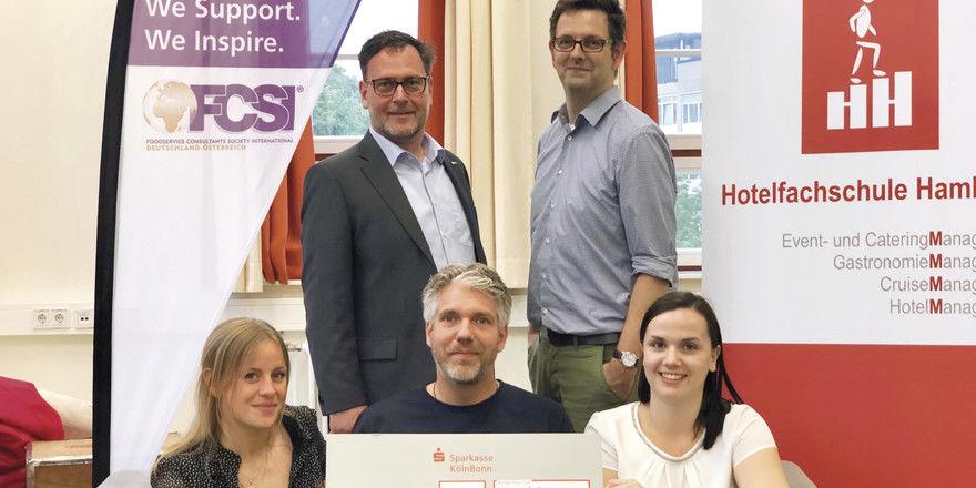 Sieger und Juroren beim FCSI-Speeddating: (von links) Jule Haak, Rolf Henke (FCS), Björn Grimm (FCSI), Bernhard Fischer-Eymann (Hotelfachschule Hamburg) und Maximiliane Bieger.