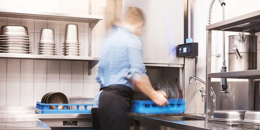 Ergonomisches Arbeiten mit der Haubenspülmaschine M-iClean H von MEIKO