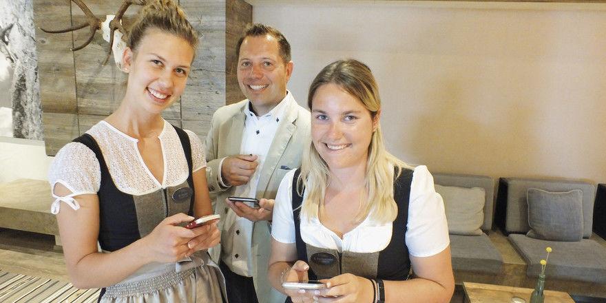 Begeistert von der Learn App: Die Alpenhof-Azubis Magdalena Neuner (links) und Bianca Poschenrieder mit Hotelchef Christian Bär.
