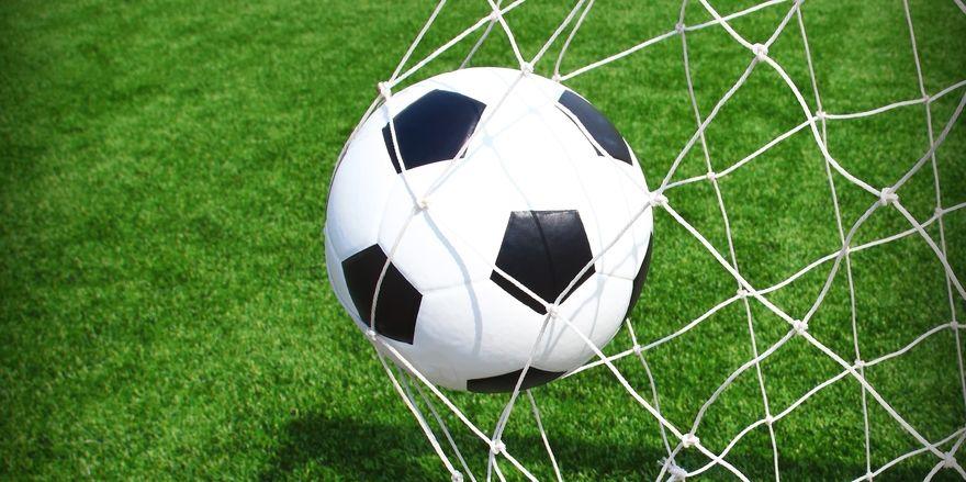 Umkämpftes rundes Leder: Jetzt hat sich ein Streaminganbieter erstklassige Fußballrechte gesichert