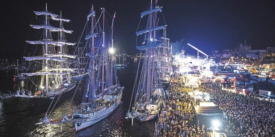 Volle Kais beim Feuerwerk: Die Hanse Sail zieht jedes Jahr im August viele Touristen an