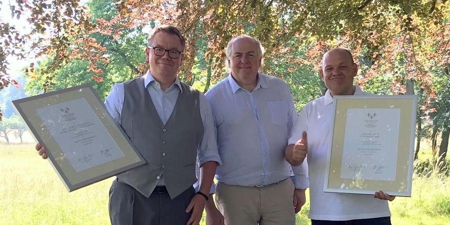 Urkundenübergabe: (v.l.) Peter Niemann, L'Art-de-Vivre-Präsident Hans Stefan Steinheuer und Jochen Deimann
