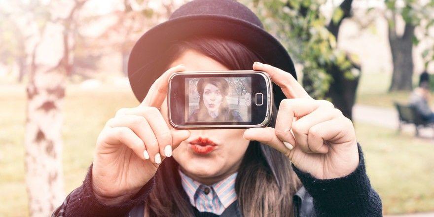 Abenteuerlustig und Social-Media-affin: So charakterisiert die aktuelle Booking.com-Studie die junge Generation