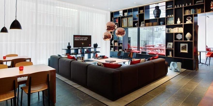 Wie zu Hause: Der Livingroom im Citizen M Zürich soll Gäste vergessen lassen, dass sie in einem Hotel sind