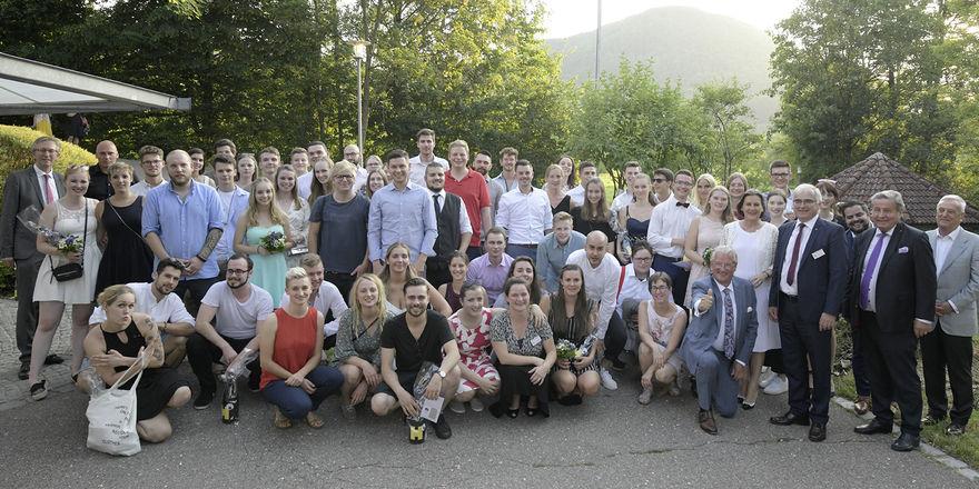 Abschiedsfoto: Der FHG-Vorstand mit dem DEHOGA-Ehrenpräsidenten Ernst Fischer, dem Lehrerkollegium und den FHG-Absolventen