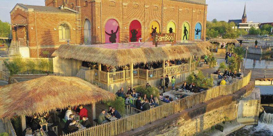 Mit Flussblick: Im Bamboo Gronau finden rund 170 Gäste Platz. Music-Acts und DJs sind regelmäßig vor Ort