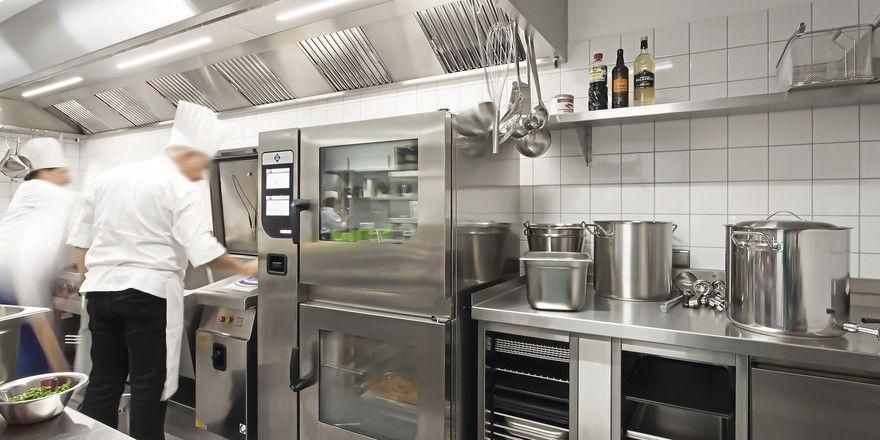 Gut ausgestattet: Außer dem klassischen Herdblock schätzen Köche zunehmend kompakte Multitalente wie Kombidämpfer, Druckgarer oder Sous-vide-Geräte