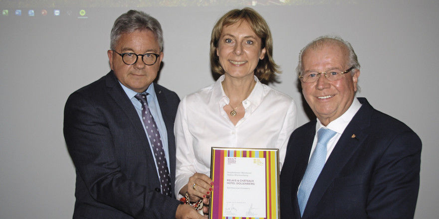 Auszeichnung für das Hotel Dollenberg: Minister Guido Wolf (links) überreichte dem Ehepaar Birgit und Meinrad Schmiederer das Siegel Weinsüden Hotel.