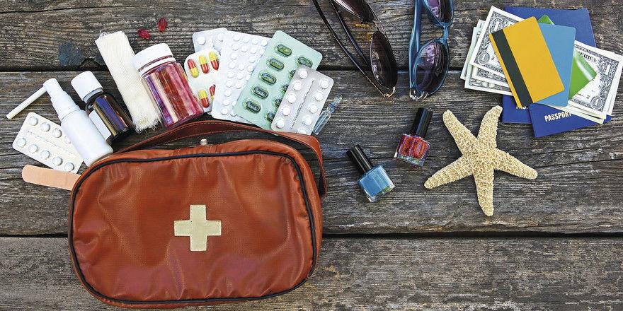 Unliebsames Reisegepäck: Werden Medikamente während des Urlaubs benötigt, greift die Lohnfortzahlung – auch bei einer Auslandsreise